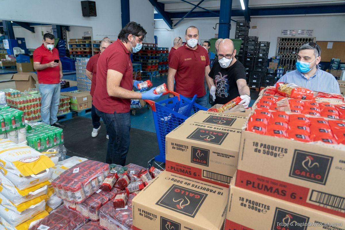 Carthagineses y Romanos se suma al dispositivo de emergencia social con una donación de productos de primera necesidad